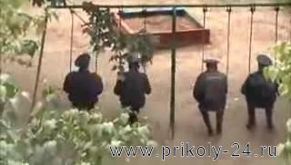 Милиционеры на качелях